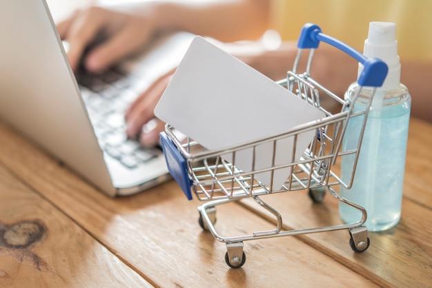 Carta di credito e utilizzo. concetto di shopping online