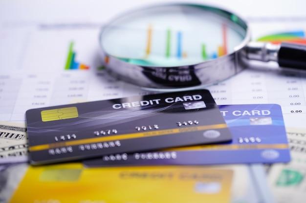 Carta di credito modello con lente d'ingrandimento.