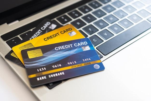 Carta di credito sulla tastiera di un computer. concetto di acquisto di internet