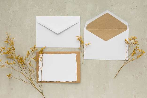 Carta di invito a nozze vista dall'alto