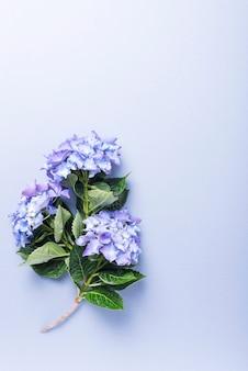 Carta di invito di nozze su sfondo blu