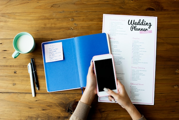 Carta di lista di nozze planner sulla tavola di legno