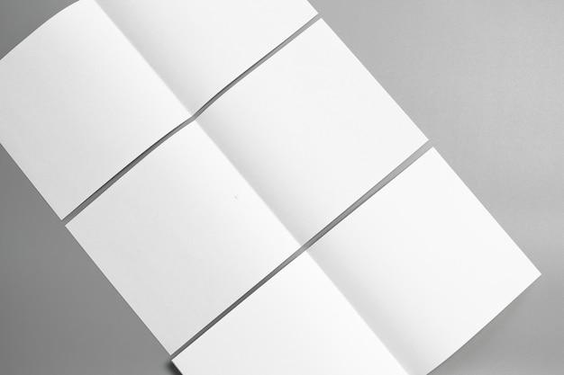 Carta di mock-up ritratto vuoto. rivista di opuscoli isolato su sfondo grigio, mutevole