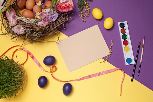 Carta di pasqua. uova di pasqua dipinte in nido