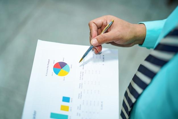 Carta di piano del grafico della tenuta dell'uomo di affari.