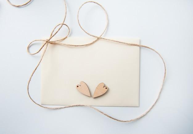Carta di san valentino con cuore in legno e posto per il testo