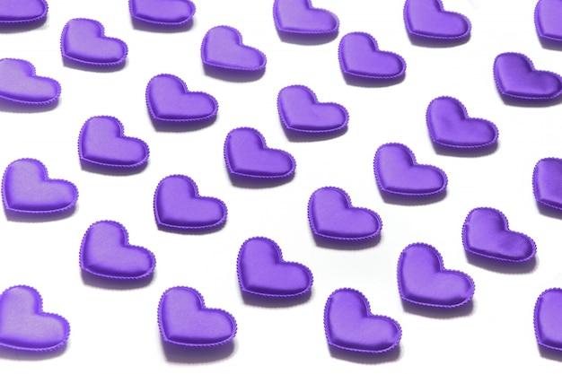 Carta di san valentino. cuori viola su bianco. isometrico.