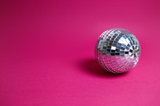 Carta di san valentino su sfondo rosa. palla da discoteca luminosa, immagine colorata, tema di festa.