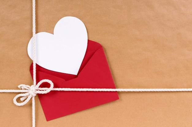 Carta di san valentino su un pacco
