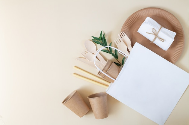 Carta ecologica e stoviglie in bambù