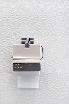 Carta igienica in cromo di lusso, arredamento interno bagno di lusso, spazio vuoto per il posizionamento delle informazioni