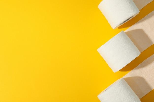 Carta igienica sul tavolo giallo