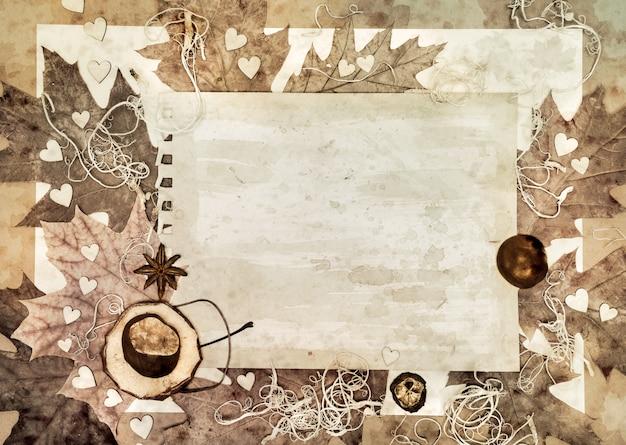 Carta invecchiata con foglie d'autunno intorno