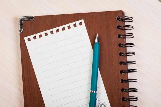 Carta nota vuota con penna