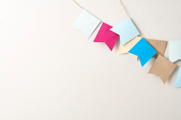 Carta pastello della stamina tagliata sulla carta pastello della stamina tagliata sul backgroun grigio luminoso della parete