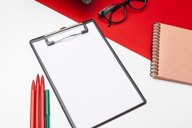 Carta per appunti in bianco su carta rossa e bianca