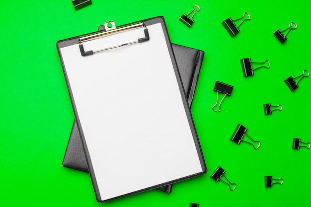 Carta per appunti in bianco sul fondo della carta verde intenso, spazio della copia