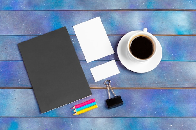 Carta per appunti vuota con la tazza di caffè. concetto di ufficio, scrittore o studio