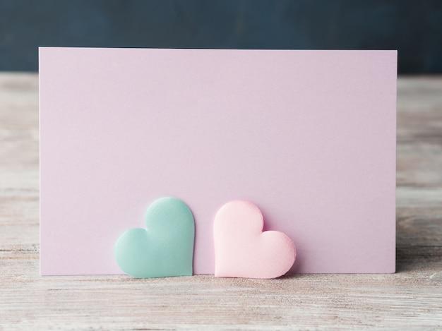 Carta porpora dei cuori pastelli rosa e verdi