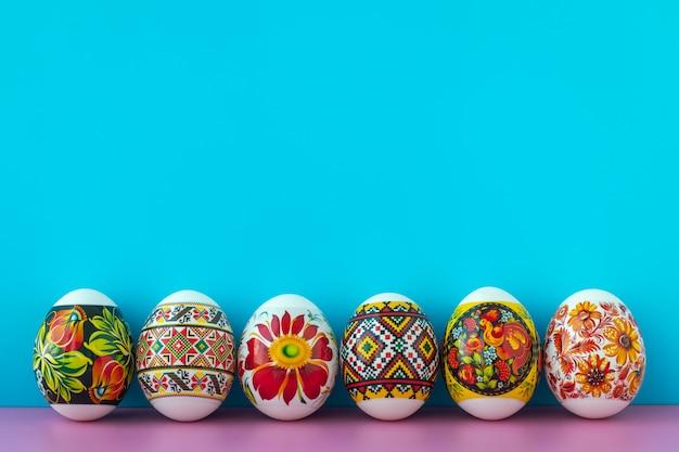 Carta regalo di pasqua con uova pasquali colorate