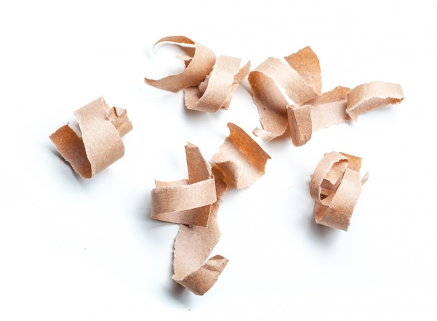 Carta riciclata su sfondo bianco.