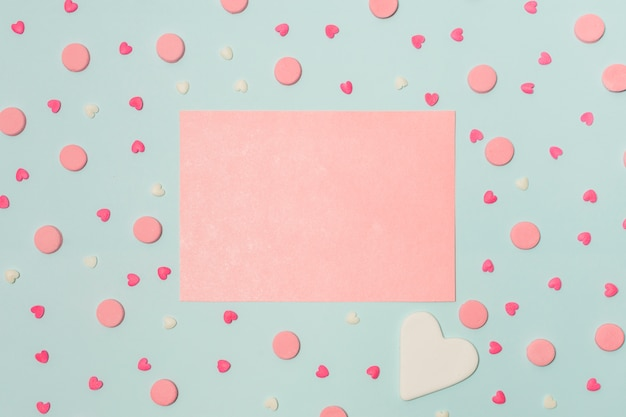 Carta rosa tra simboli di cuori e giri decorativi