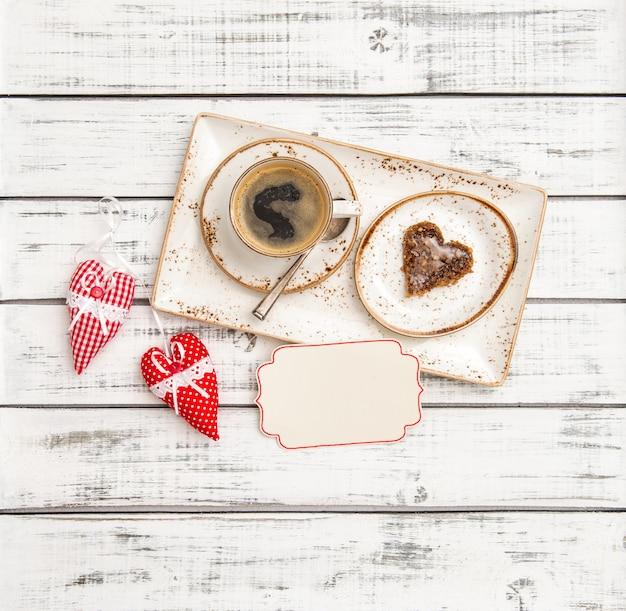 Carta rossa dei cuori della decorazione di san valentino del biscotto del caffè