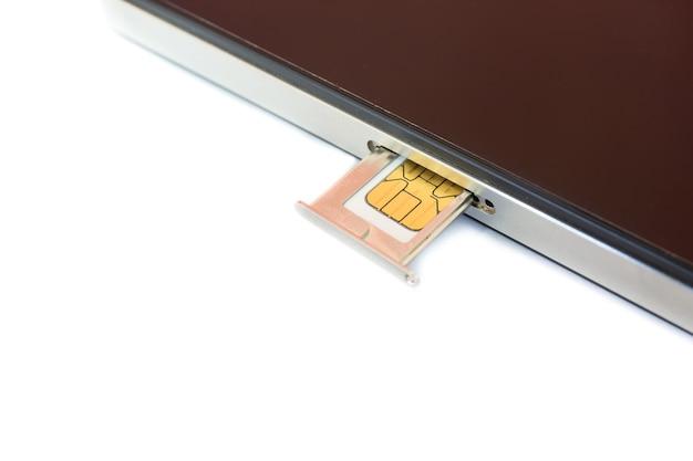 Carta sim nano del primo piano pronta ad inserire allo smartphone su fondo bianco