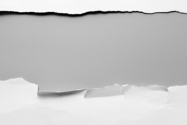 Carta strappata bianca su sfondo grigio. carta di raccolta rip