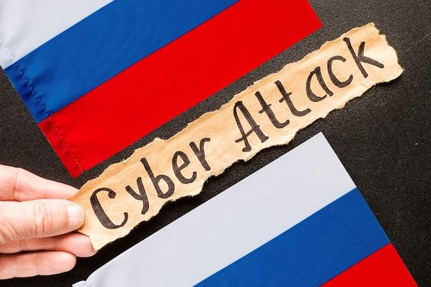 Carta strappata con testo cyber attack