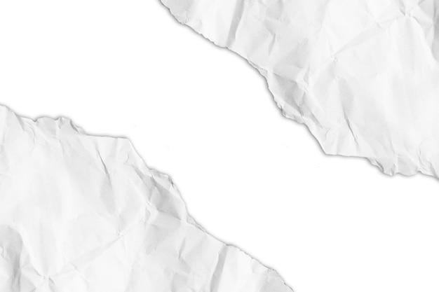 Carta strappata su sfondo bianco con tracciato di ritaglio. copia spazio.