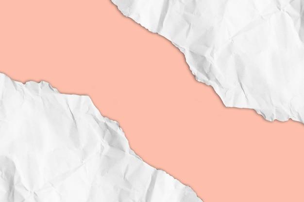 Carta strappata su sfondo pastello con tracciato di ritaglio. copia spazio.