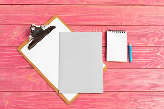 Carta su appunti mock-up. luogo di lavoro donna moderna
