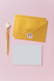 Carta vicino a penna e buste
