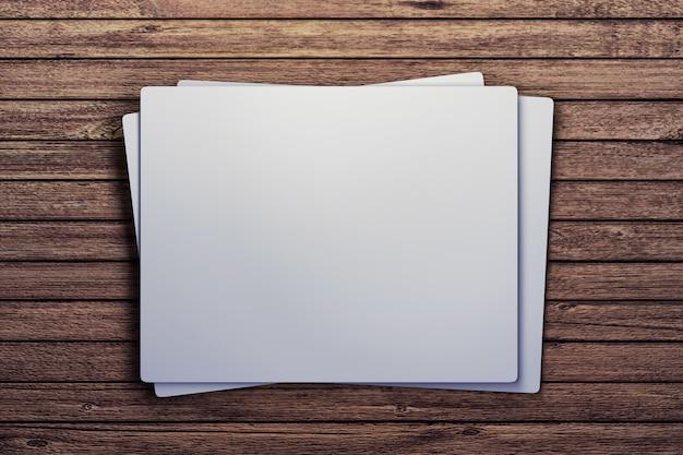 Carte bianche sul tavolo di legno
