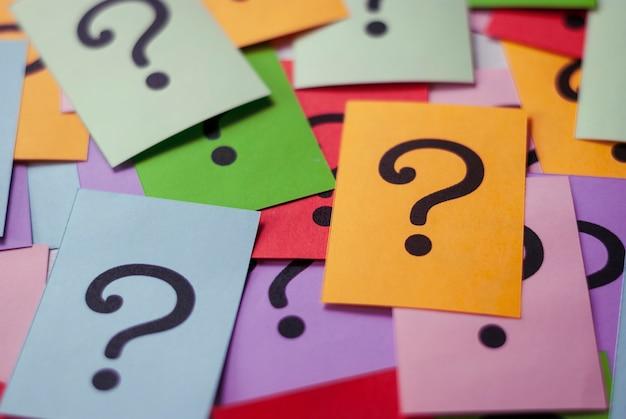 Carte colorate con punti interrogativi stampati