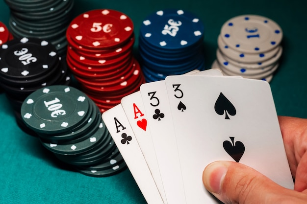 Carte con due coppie nel poker nelle mani di un giocatore d'azzardo