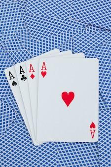 Carte da gioco assi su uno sfondo di carte
