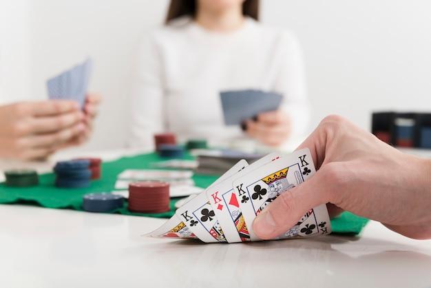 Carte da gioco del poker del primo piano