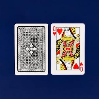 Carte da gioco della regina con fondo blu normale per il copyspace del casinò e del poker