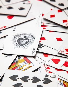 Carte da gioco spostate su una scrivania