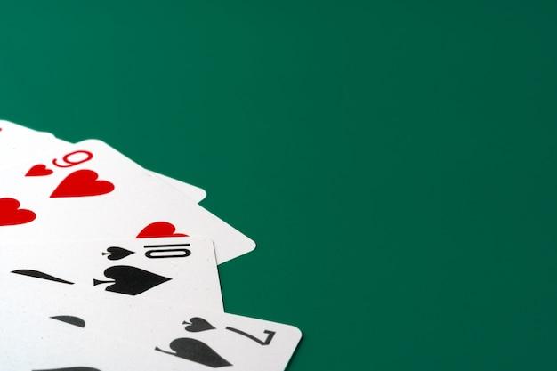 Carte da gioco sulla fine di carta del fondo su
