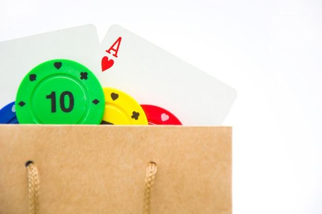 Carte da poker e fiches da poker in borsa isolato su sfondo bianco