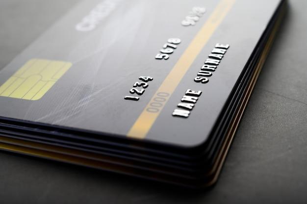 Carte di credito che sono impilate ordinatamente insieme