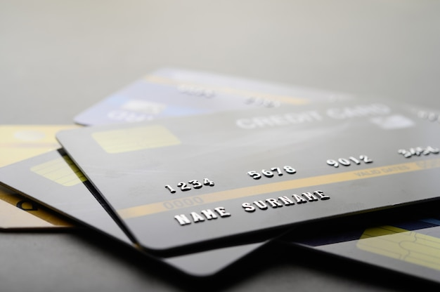 Carte di credito che sono impilate sul pavimento