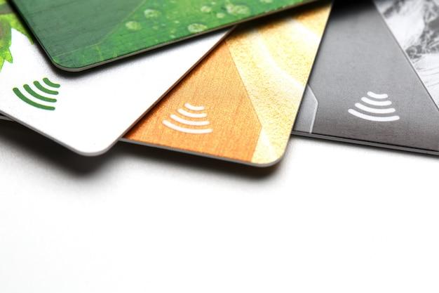 Carte di credito con pagamento senza contatto. mucchio delle carte di credito su fondo isolato bianco