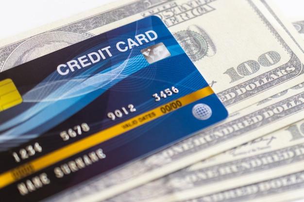 Carte di credito e 100 dollari in contanti