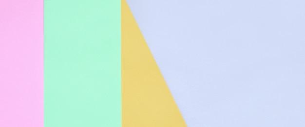 Carte geometriche rosa, viola, arancione e blu.