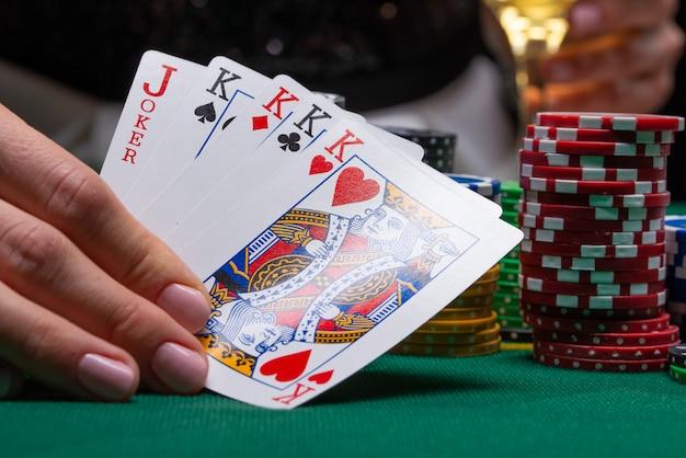 Carte per giocare a poker su un tavolo da gioco