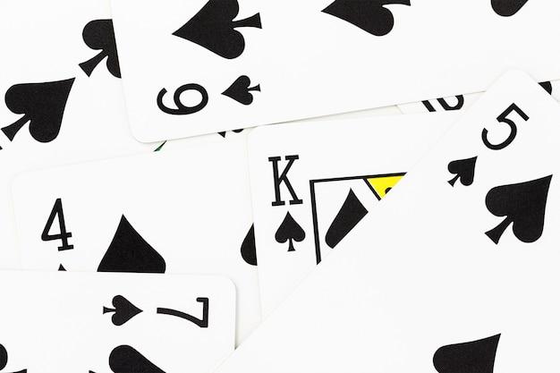 Carte sul tavolo del casinò verde